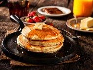 Вкусни меки американски палачинки с пълнозърнесто брашно, прясно мляко, сода, бакпулвер и яйца без масло